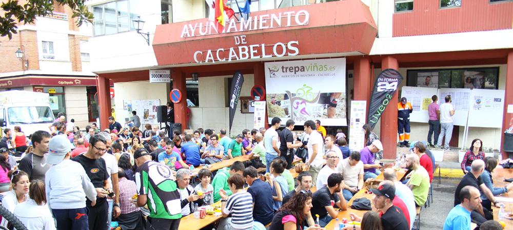 Fiesta postprueba de la Trepaviñas en la Plaza Mayor de Cacabelos